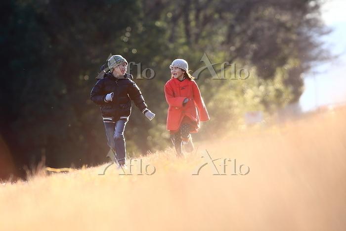 河川敷で遊ぶ子供