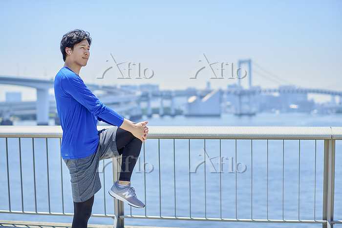 準備運動をする日本人男性
