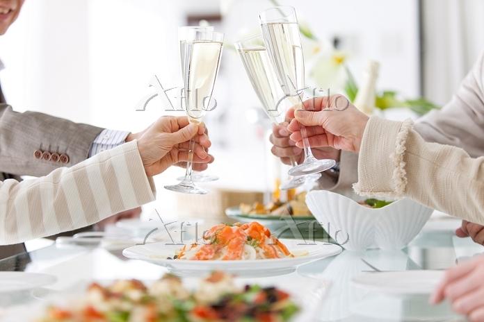 シャンパンで乾杯をする中高年たち