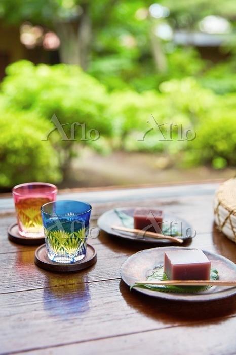 縁側に置かれたお茶と水羊羹 夏の食