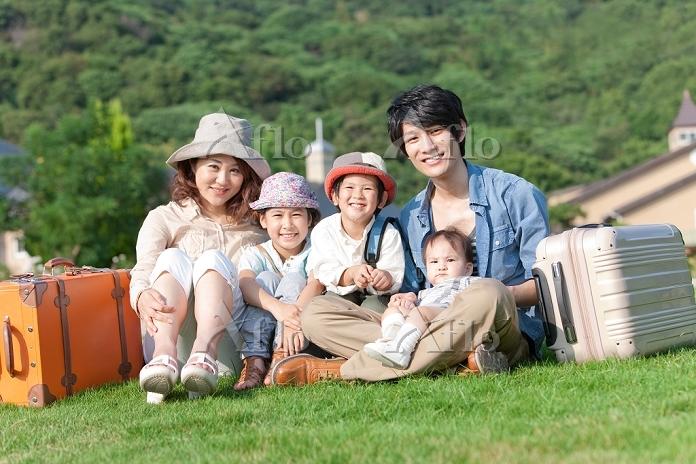 芝生に座る笑顔の日本人家族
