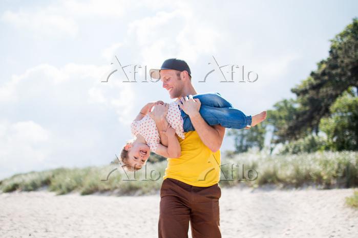 ビーチで遊ぶ親子