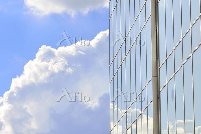青空と雲とビル