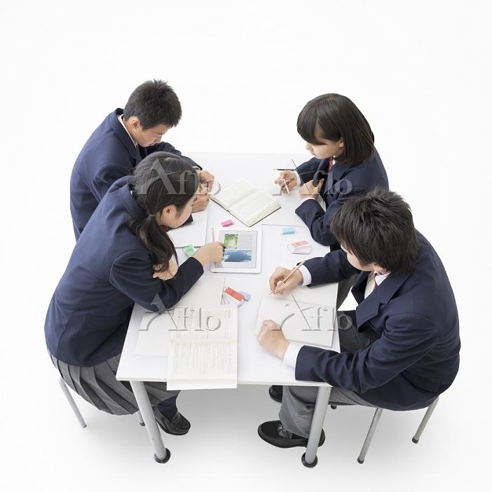 勉強をする中学生男女