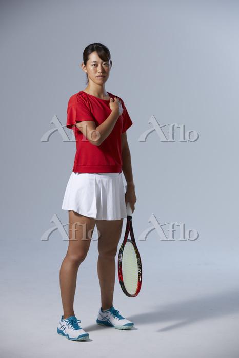 胸に手を当てる女子テニス選手