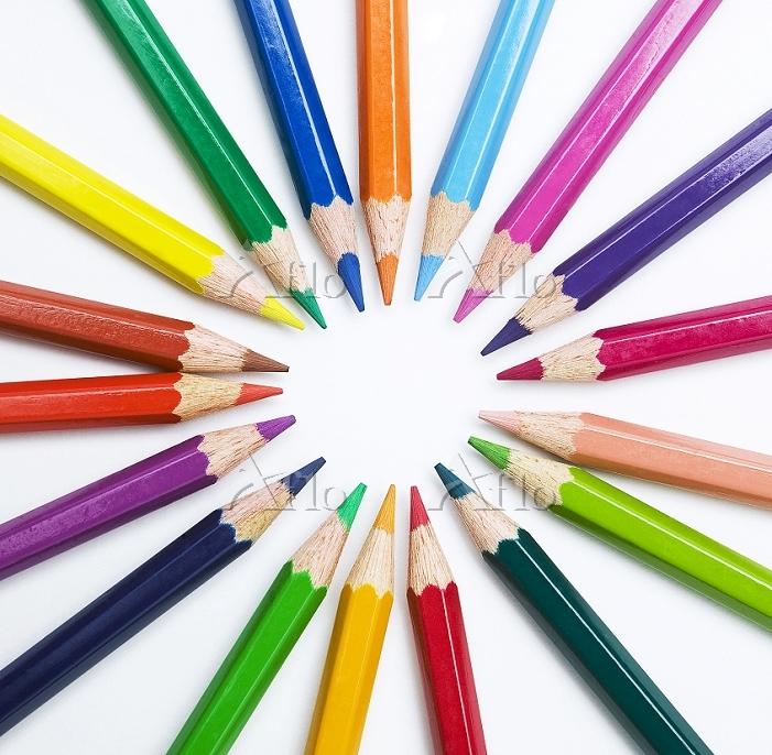 丸く置かれた色鉛筆
