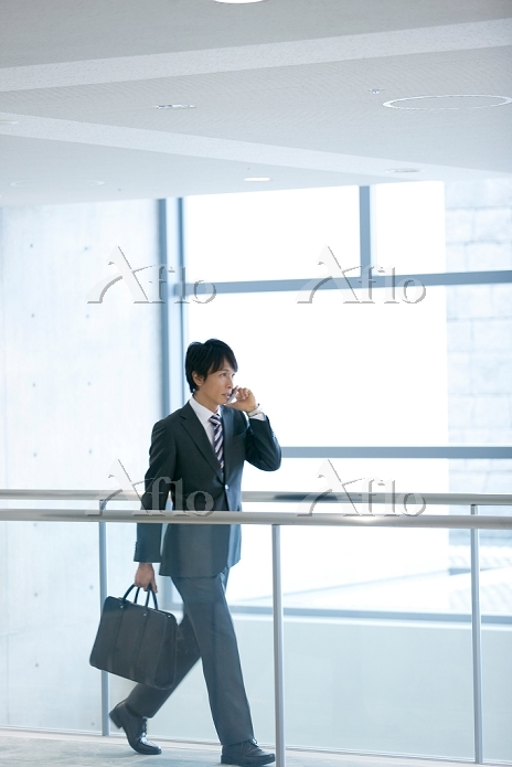 スマートフォンで通話する日本人ビジネスマン