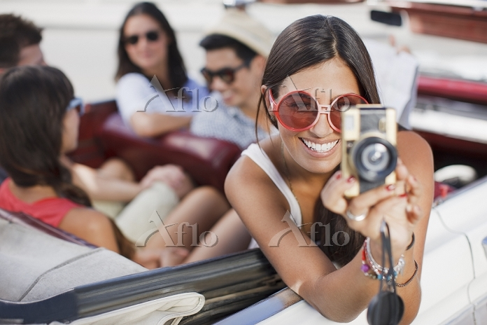 Woman taking picture from conv・・・