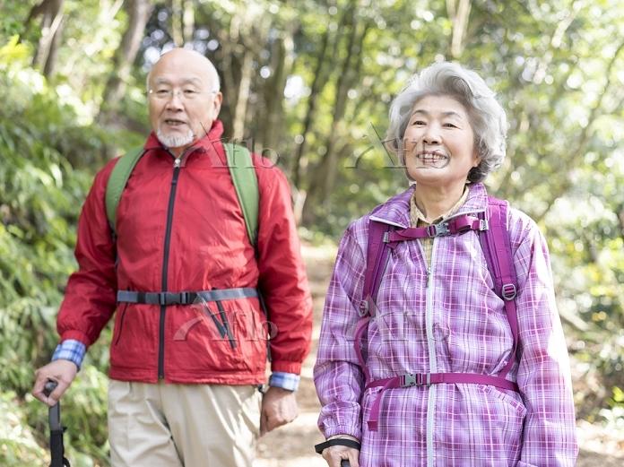 登山をする日本人シニア夫婦