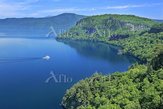 青森県 瞰湖台より十和田湖と観光船