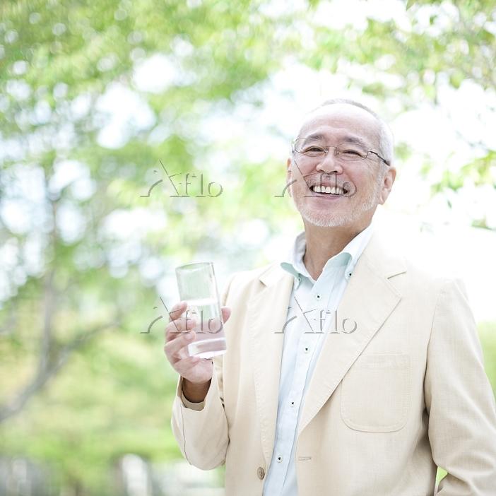 グラスを持つシニアの日本人男性