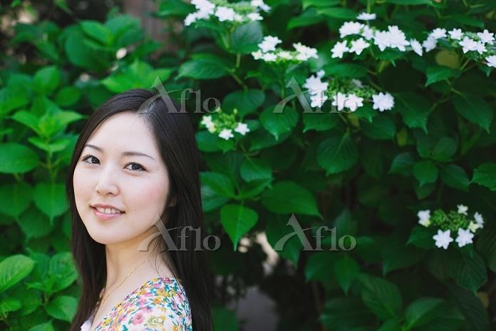 白い花と女性