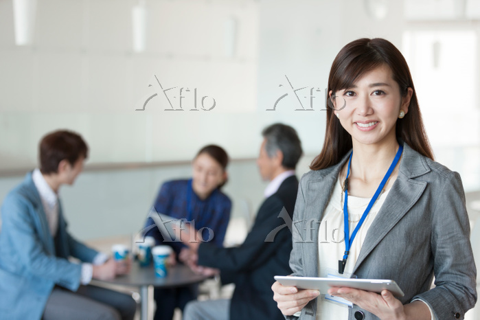 タブレットを持つ日本人ビジネスウーマン