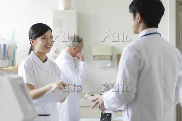 医師と打ち合わせをする看護師