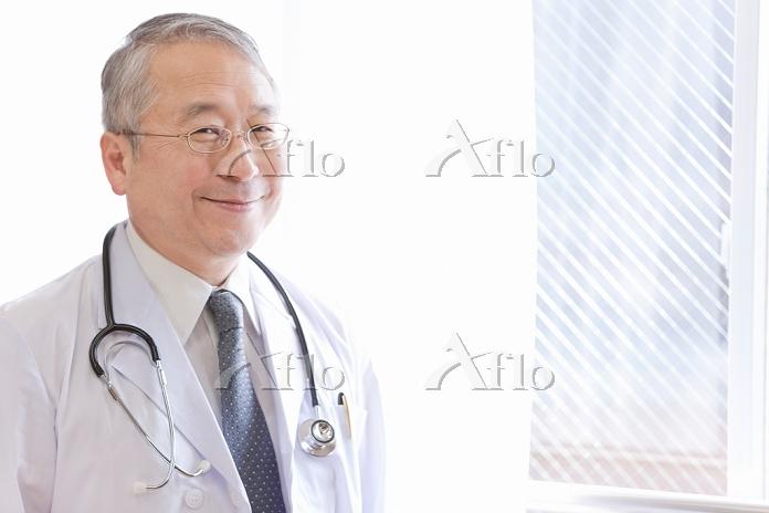 窓辺に立つ医師