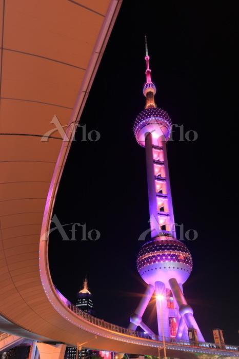 上海 東方明珠と歩道橋の夜景