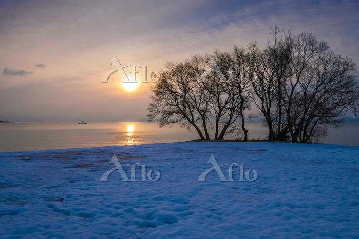 雪の琵琶湖畔と朝日
