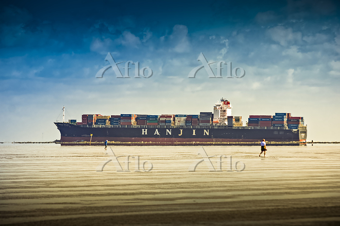 Container ship in the Elbe est・・・