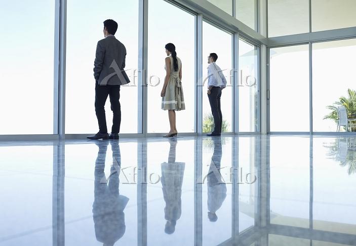 遠くを見つめるビジネスマン