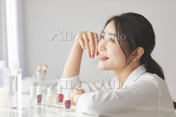 マニュキュアの前に座る日本人女性