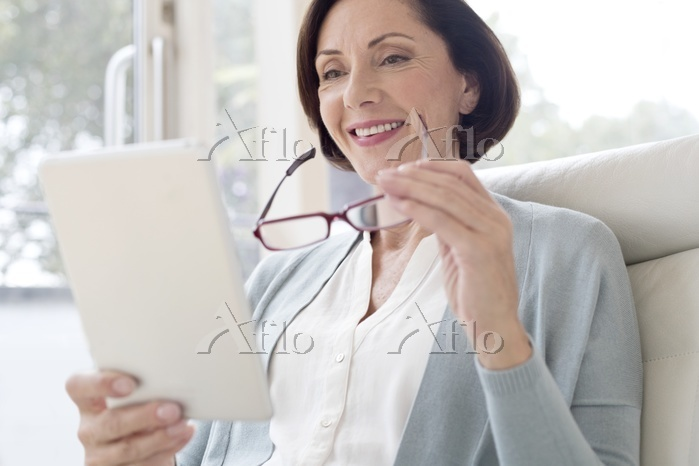 タブレットを見るシニア女性