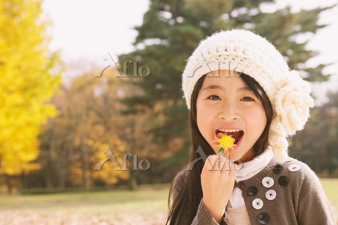 花型のソーセージを食べる女の子