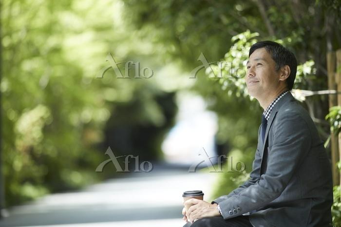 飲み物を持つ日本人男性