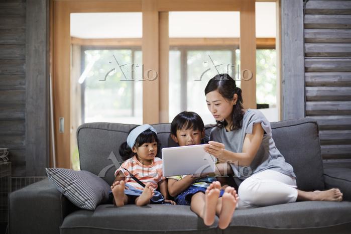 タブレットを見る日本人親子