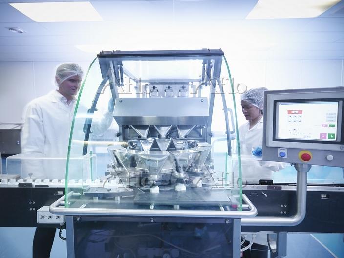 製薬工場で働く研究員
