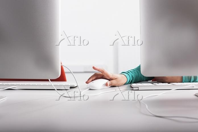 デスクトップPCを操作する少女