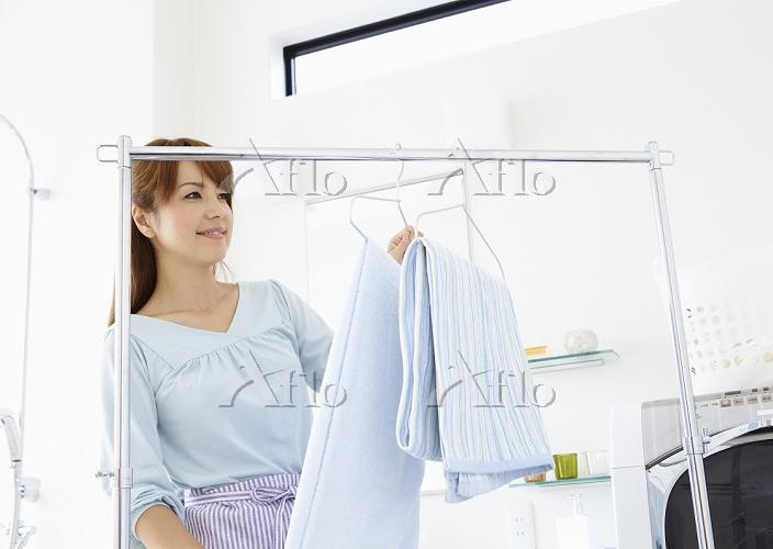 洗濯物を干すミドルの女性
