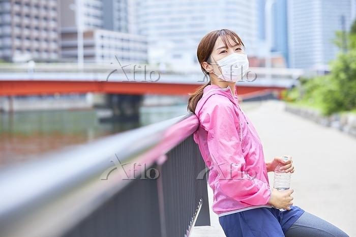 休憩するランニングウェアの日本人女性