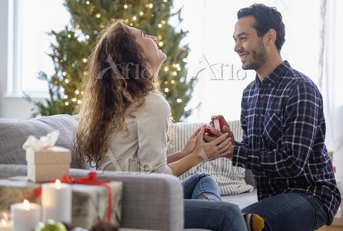 クリスマスにプロポーズする男性