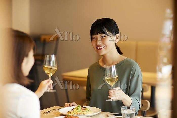 白ワインで乾杯する日本人女性