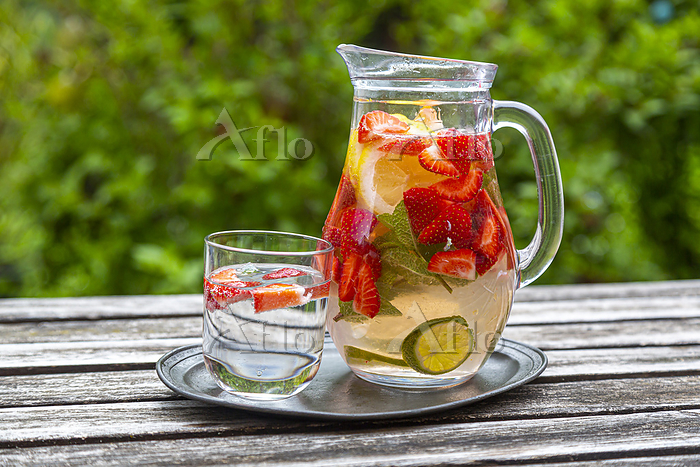 Detox water with strawberry, l・・・