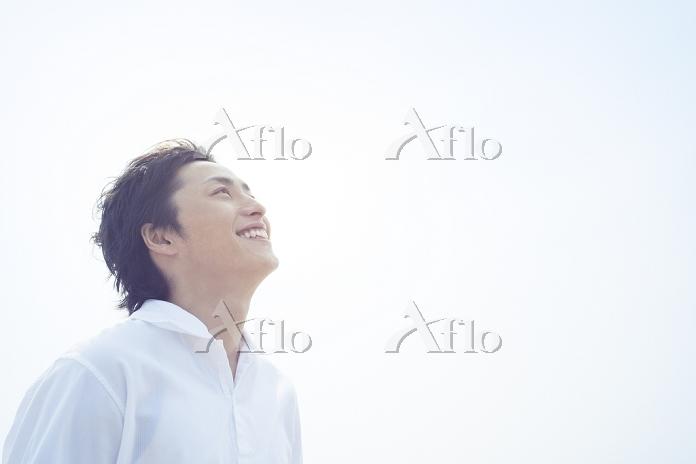 見上げる笑顔の日本人男性