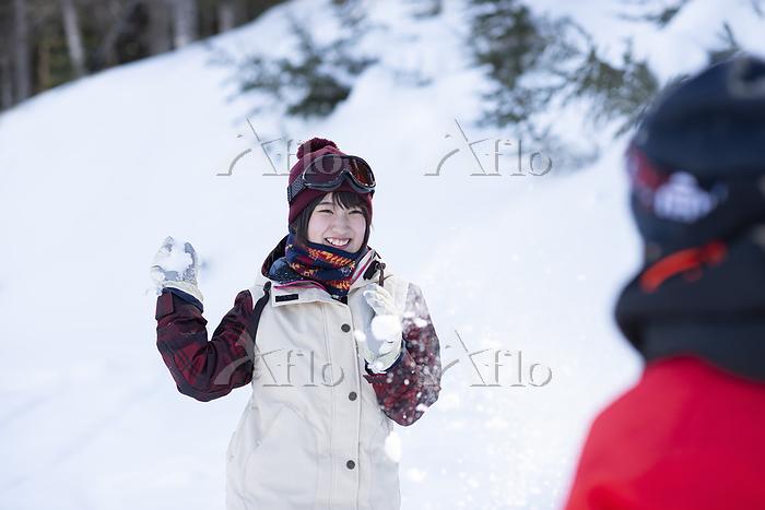 雪玉を投げる女性