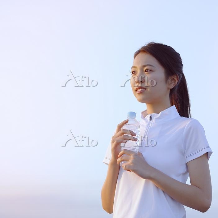 ペットボトルを持つ日本人女性