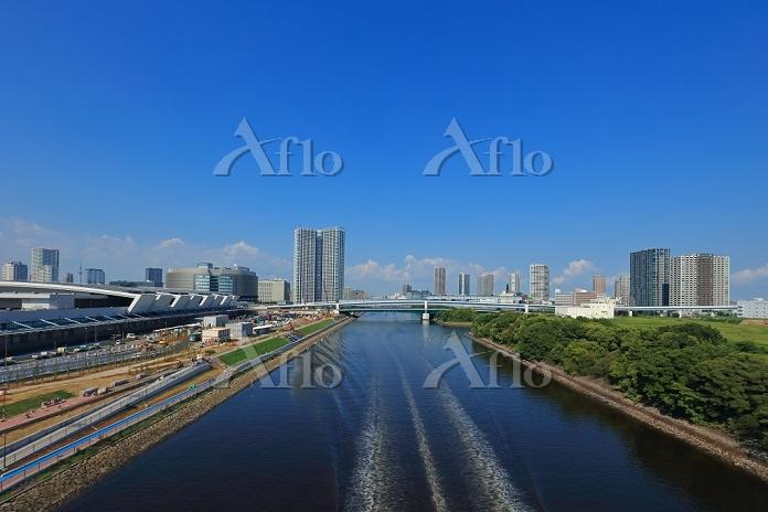 豊洲市場の建設現場と東雲のビル群