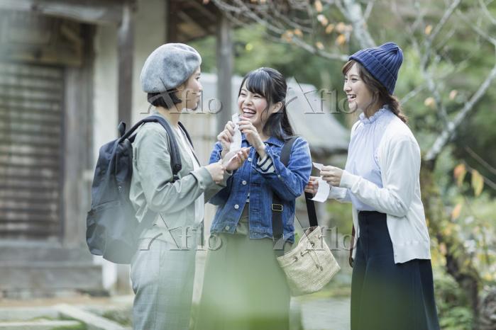 おみくじを見る日本人女性