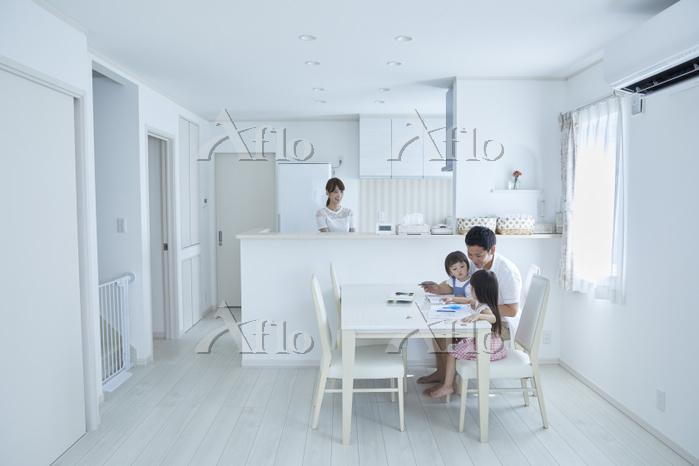 塗り絵で遊ぶ親子