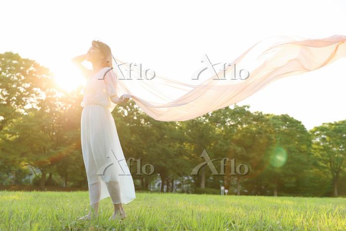 芝生の上の若い日本人女性