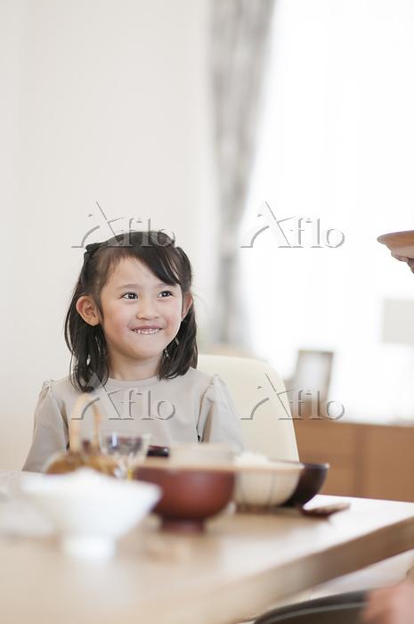 食卓で座る女の子