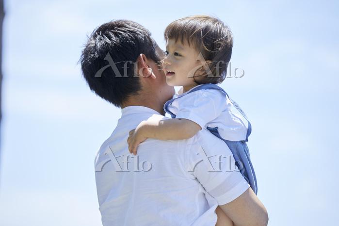息子を抱っこする父親