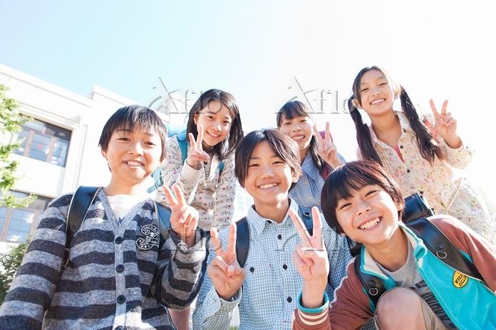 校庭に集まっている笑顔の小学生