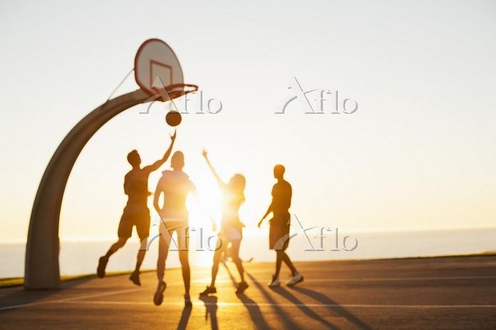 バスケットボールをする若者たち