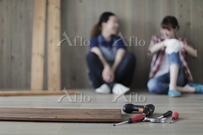 DIYの途中で休憩する日本人女性2名