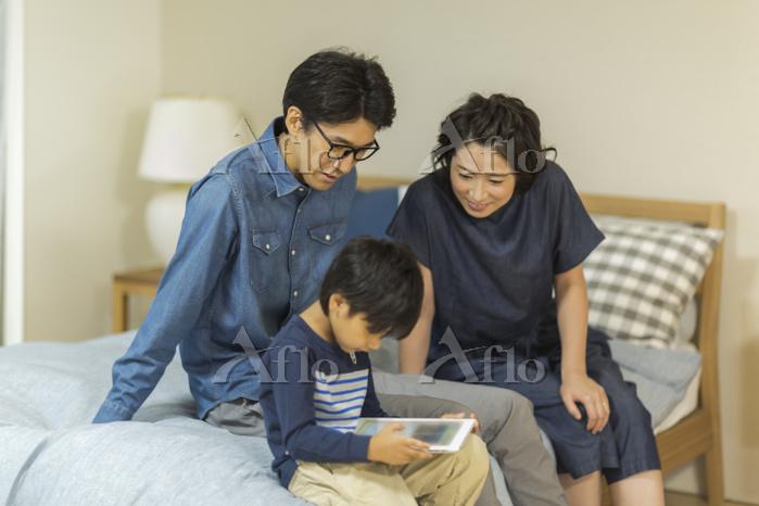 タブレットPCを見る日本人家族