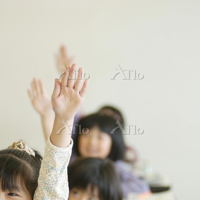 手を挙げる小学生