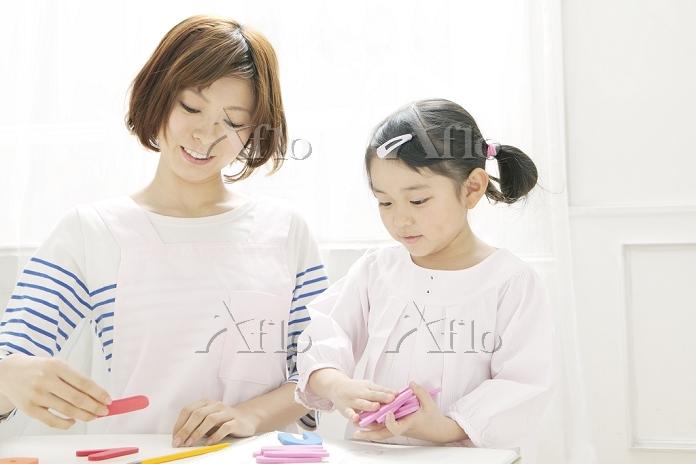 英語の勉強をする園児と保育士